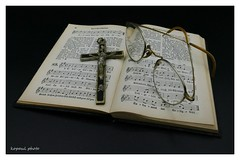 Omas Gebet und Liederbuch (kopaul_belgium) Tags: gebet kreuz liederbuch brille