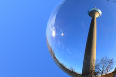 Rhein- Turm Düsseldorf (Jürgen Senz) Tags: chrystalball fotokugel glaskugelfotografie düsseldorf blau blue himmel rhein tower turm funkturm