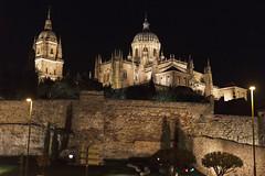 Catedrales de Salamanca desde calle San Pablo (jc.mendo) Tags: jcmendo canon 7d 35mm catedral cathedral catedrales salamanca spain españa nocturna noche night