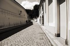 Seuls au monde (Atreides59) Tags: prague praha républiquetchèque czechrepublic couple urban urbain street ciel sky nuages clouds black white bw blackandwhite noir blanc nb noiretblanc pentax k30 k 30 pentaxart atreides atreides59 cedriclafrance