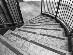 Ostkurve (Sockenhummel) Tags: treppe stairs stufen stairway steps schwarzweis blackwhite monochrom einfarbig wendeltreppe staircase stairwell escaliers architektur architecture einkaufzentrum