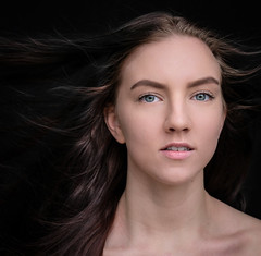 DENS5157-2 (YouOnFoto) Tags: eyes ogen meisje meid vrouw girl woman portret portrait color colour kleur intens intense hair haar emotional fujifilm xt20 systeemcamera