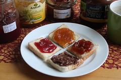Toast mit Erdbeermarmelade, Waldhonig, Quittenmarmelade sowie Schokocreme (multipel_bleiben) Tags: essen toast marmelade obst honig schokolode schnellzubereitet frühstück