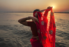 Amanecer  en Varanasi (Inmacor) Tags: sunrise woman red varanasi ganges india benares sun contraluz light rojo inmacor