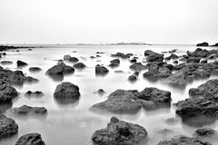 Planeta tierra (Julián Iglesias) Tags: paisaje mar rocas agua horizonte cielo monocromo playa olas landscape sea rocks water horizon sky monochrome beach waves