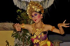 INDONESIEN, Bali , balinesische Tanzdarbietung am Abend, 17957/11181 (roba66) Tags: bali urlaub reisen travel explore voyages rundreise visit tourism roba66 asien asia indonesien indonesia insel island île insulaire isla mädchen girl girls gesicht face eyes augen beautiful cute pretty hübsch nice bello lovely beauty joli people menschen tanz tänzerin tanzkunst woman frau lady musik dance schau show tanzschau dancingshow