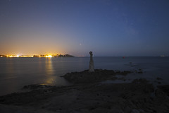 Nuit bretonne (mostodol) Tags: nuit night lumières lights bretagne brittany breizh bzh morbihan kerpenhir locmariaquer france french eau water atlantique atlantic fuji fujifilm xt20 samyang
