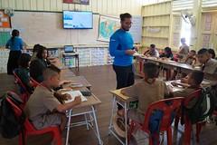 Un bénévole anime la classe (infoglobalong) Tags: stage étudiant service bénévolat volontaire international engagement solidaire voyage découverte enseignement éducation école enfants aide alphabétisation scolaire asie thaïlande jeux sport art informatique rénovations