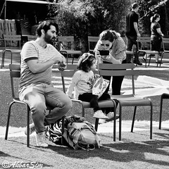 Taking a picture for the family album.. (Akbar Simonse) Tags: holland netherlands nederland streetphotography streetshot straatfotografie straatfoto people candid man woman child smartphone zwartwit bw blancoynegro bn monochrome vierkant square akbarsimonse strasenfotografie photographiederue rotterdam roffa rotjeknor 010