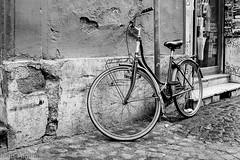 Roma in Trastevere (Juan Miguel) Tags: bn bw blackandwhite blancoynegro ciudadeterna españa europa europe italia italy juanmiguel lx5 panasoniclx5 roma romacaputmundi rome spqr spagne spain spanien trastevere architecture arquitectura bicicleta bicycle city ciudad urban urbana