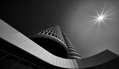Petrolheads (Arx Zyanos) Tags: sony ilce7rm3 ilcea7rm3 a7rmk3 a7riii voigtländer voigtlaender hyper wide heliar wideangle munich germany münchen bmw tower monochrom blackandwhite bw sun sunbeam sunstar architektur architecture lines skyscraper hochhaus pattern structures