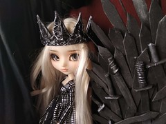 Daenerys and the Iron Throne (Lunalila1) Tags: doll groove pullip mio kit fc custo custom rakeru sensei daenerys handmade outfit clothes dress lunalilaclothes lilafakeoutfit fake diy trono de hierro throne iron gameofthrones got juegodetronos enokland