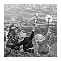 EL VIENTO  ( Capadocia-Turquia ) (RAMUBA) Tags: blanco y negro black white bw turquia capadocia niños boys