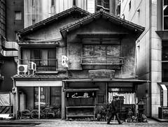 An Old Restaurant in Ginza (Tokyo, Japan. Gustavo Thomas © 2019) (Gustavo Thomas) Tags: old restaurant house ancient building ginza tokyo tokio japan japanese japón asia street streetphotography mono monochrome monocromático blackandwhite bnw traveler voyager viaje voyage