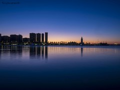 Amanece en el puerto de Málaga (tonygimenez) Tags: amanecer puerto mar agua cielo paisaje luz contraluz casas