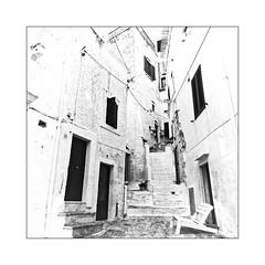 Escalier (Jean-Louis DUMAS) Tags: noir blanc pouilles italia italie blackandwhite bw nb lampadaire town village street rue ruelle route bâtiment monochrome noireblanc