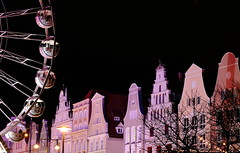 Rückblick - Weihnachtsmarkt in Rostock (mono:chrom) Tags: germany europe deutschland rostock markt weihnachtsmarkt jahrmarkt rummel riesenrad ferriswheel christmas market nacht night nightshot langzeitbelichtung longexposure bulb canon canondeutschland