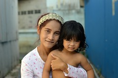 mother and daughter (the foreign photographer - ฝรั่งถ่) Tags: mother daughter child khlong lard phrao portraits bangkhen bangkok thailand nikon d3200