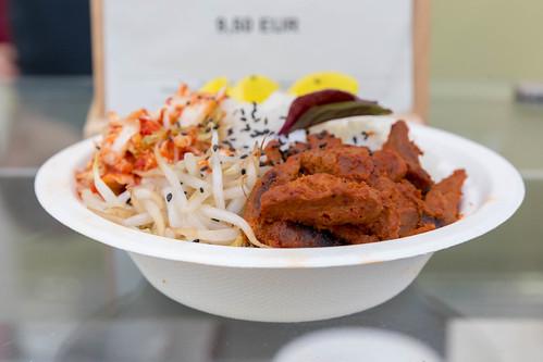 Schale mit Soy Bulgogi aus Sojageschnetzeltem mit Reis und Kimchi an Chili-Tahini-Dressing