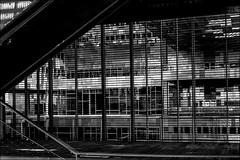 Des verticales et des horizontales... (vedebe) Tags: architecture ville city rue street urbain urban géométrie noiretblanc netb nb bw monochrome montpellier