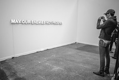 en passant par la FIAC 2018 (Jack_from_Paris) Tags: l1013806bw leica m type 240 10770 leicasuperelmarm13421mmasph 21mm 11145 dng mode lightroom capture nx2 rangefinder télémétrique bw noiretblanc monochrom wide angle fiac foire international dart contemporain 2018 regards abstrait art oeuvre grand palais homme man regard portrait slogan texte lumineux
