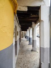 soportal calle Nueva de los Capellanes Guadalupe Caceres 07 (Rafael Gomez - http://micamara.es) Tags: arcodespedro esp españa extremadura guadalupe soportal calle nueva de los capellanes caceres