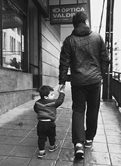 Primeros pasos en Valdivia (dani_pena) Tags: streetphotography fotografía photography bw blackandwhite blancoynegro family firststeps primerospasos kid familia street story cute historia walking caminata walk calle fotografíaurbana valdivia