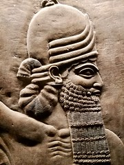 London 2018 – British Museum – House god (Michiel2005) Tags: ashurbanipal bm britishmuseum museum assyria relief reliëf baard beard england engeland grootbrittannië greatbritain britain uk vk unitedkingdom verenigdkoninkrijk london londen