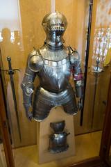 Riding armour and horse helmet (quinet) Tags: 2017 antik antiquitäten england helm london rüstung wallacecollection ancien antique armour armure casque helmet militaire military militärische museum musée