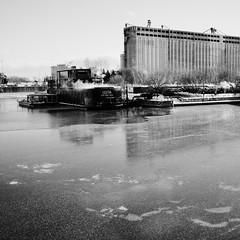 La glace s'empare lentement du fleuve... (woltarise) Tags: silon5 glace 14decembre2017 hiver ricohgr saintlaurent fleuve vieuxport bota spasurl'eau montréal