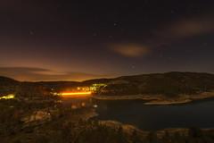 Entrepeñas. (Amparo Hervella) Tags: embalsedeentrepeñas guadalajara españa spain nocturna noche agua cielo nube estrella paisaje naturaleza largaexposición d7000 nikon nikond7000