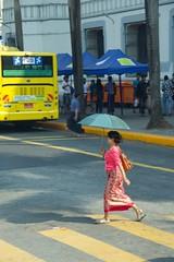 couleurs birmanes (Patrick Doreau) Tags: asiatique femme woman asian birman myanmar birmanie bagan beauté beauty burma rue street couleurs colors yellow red jaune rouge