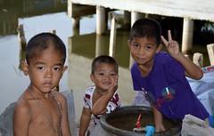 canal boys (the foreign photographer - ฝรั่งถ่) Tags: three boys children canal khlong thanon portraits bangkhen bangkok thailand nikon