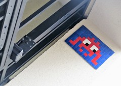 PA_660 Space invader in Paris 17th (Sokleine) Tags: spaceinvader invader tiles ceramics mosaics streetart artderue arturbain urbanart urban mur wall paris france 75017 bleu rouge blue red