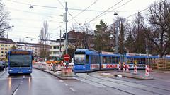 Während Citaro-Gelenkbus 5353 auf Wendefahrt unterwegs ist, verlässt R3-Wagen 2208 die Schleife (Frederik Buchleitner) Tags: 2208 5353 bus citaro gelenkbus linie17 mercedesbenz munich münchen nibelungenstrase omnibus r3wagen sev schienenersatzverkehr strasenbahn streetcar tram trambahn