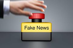 Fake_News-auf-Notaus (Christoph Scholz) Tags: fake news fakenews fälschung falschmeldung hetze rechte internet gruppen chat manipulation täuschung soziale medien trump donald