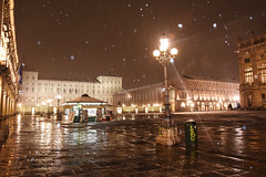 Scenografia di fiocchi di neve - Set of snowflakes. (sinetempore) Tags: torino turin piazzacastello neve snow fiocchidineve snowflakes notte night sera evening inverno winter luci lights scenografiadifiocchidineve setofsnowflakes palazzoreale
