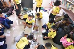 Préparation de cartes de Noël (infoglobalong) Tags: stage étudiant service bénévolat volontaire international engagement solidaire voyage découverte enseignement éducation école enfants aide alphabétisation scolaire asie thaïlande jeux sport art informatique rénovations