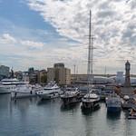 Ausblick von der Rambla de Mar Brücke auf Jachten und Luxusboote im Hafen Port Vell mit Turmuhr in Barcelona, Spanien thumbnail