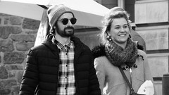 Cute Couple 02 (byronv2) Tags: street candid peoplewatching edinburgh edimbourg scotland blackandwhite blackwhite bw monochrome oldtown royalmile man woman sunglasses shades embrace romance walking couple