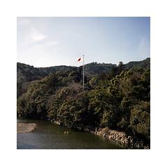 (roberto_saba) Tags: mediumformat 6x6 120 mamiya 6 75mm f35 ブローニー fujicolor fujifilm fuji japan 400h ise flag
