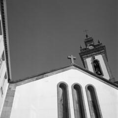 Chrches of Covilhã (lebre.jaime) Tags: portugal beira covilhã hasselblad 500cm distagon c3560 ilford fp4 iso125 analogic film 120 film120 middleformat mf 6x6 squareformat pb pretobranco blackwhite bw noiretblanc ptbw epson v600 affinity affinityphoto church cross