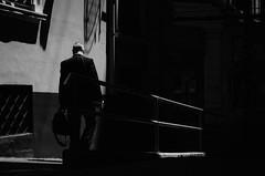 Divagaciones Urbanas III / Urban Divagations III (natan_salinas) Tags: valparaíso valpo streetphotography fotografíaurbana fotografíacallejera bw blackwhite blanconegro bn blancoynegro blackandwhite monocromático monochrome nikon gente look people city ciudad d5100 calle street 50mm architecture noiretblanc urbe urban urbano man hombre male arquitectura luz light shadow sombras