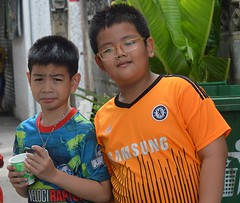 boy with glasses and skeptical friend (the foreign photographer - ฝรั่งถ่) Tags: sep112016nikon two boys children eyeglasses spectacles khlong lard phrao portraits bangkhen bangkok thailand nikon d3200