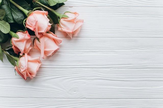 Обои цветы, розовый, Розы, бутоны, деревянный фон картинки на рабочий стол, раздел цветы - скачать