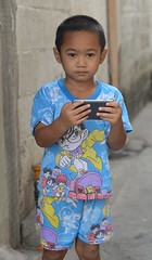 colorfully dressed boy with a video game (the foreign photographer - ฝรั่งถ่) Tags: colorfully dressed boy child kids street video game khlong bang bua portraits bangkhen bangkok thailand