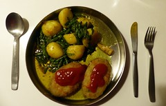 I am serving dinner (Quetzalcoatl002) Tags: delicious food greasy veggies indianstyle juicy plate ketchup dinner potatoes stringbeans turmeric