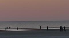 Abendveranstaltung (im_fluss) Tags: sanktpeterording nordsee northsea strand beach meer sea pfahlbau house sonnenuntergang dämmerung abendstimmung menschen himmel wolken sky clouds sundown people coloursinthesky himmelsfarben eveningmood dawning