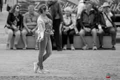 Dancing In The Street. (Digifred.nl) Tags: digifred 2018 nikond500 amsterdam nederland netherlands holland iamsterdam straat street city grachten streetphotography thedamsquare dam toerist monochrome bw zwartwit tourist girl dancinggirl dansen meisje vrouw