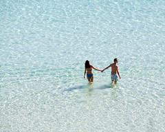 7. Pareja caminando por las playas de Menorca (Diario de un Mentiroso) Tags: menorca